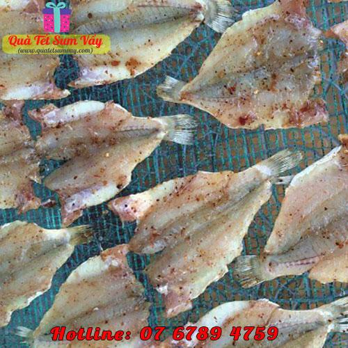 Cá đù xẻ tẩm phơi trên lưới